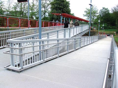 Rampe mit Geländer für zum Bahnsteig aus GFK